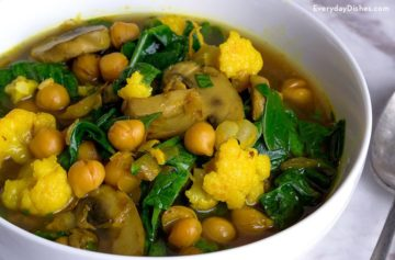 Turmeric detox soup with spinach and chickpeas